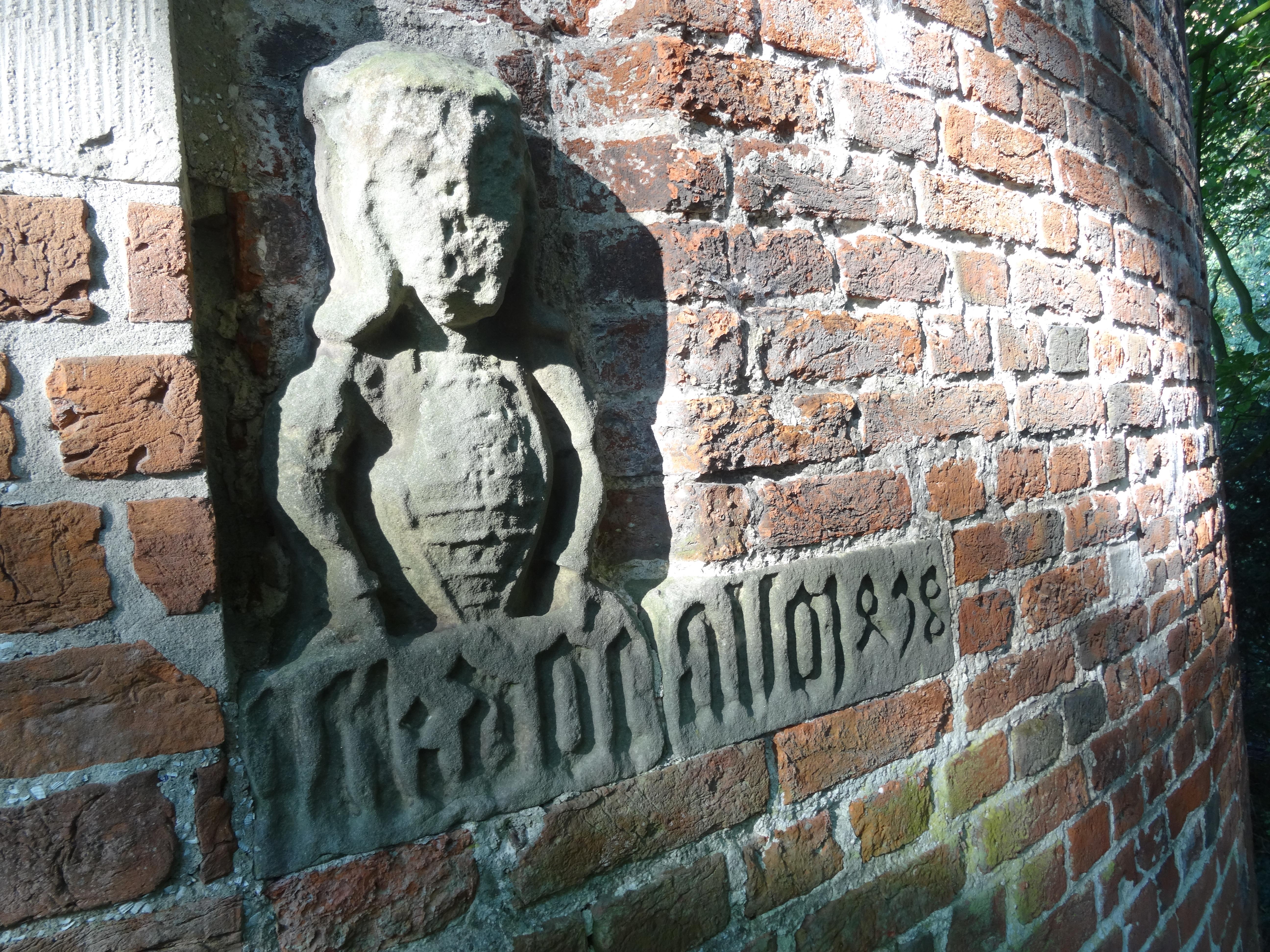 Verwittertes Fresko neben dem Eingang zum Wehrturm der Burg Stickhausen. Foto Detlef M. Plaisier